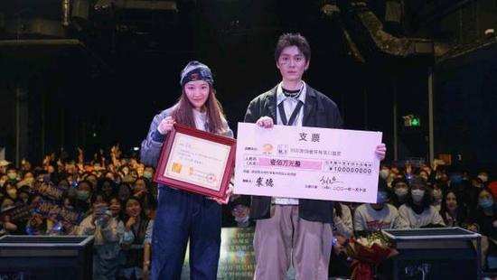 裘德获刘欢音乐专项公益金百万资助